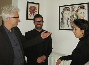 David Cafisso und Irmgard Hofmann im Gespräch mit dem Galeristen