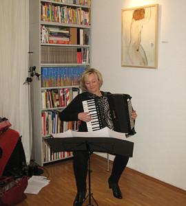 Rosi Hable spielt zur Vernissage