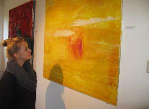 Besucher der Ausstellung Honigmelonenmond